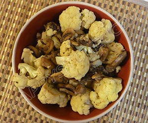 Stir Fried Cauliflowers with Mushrooms and Garlic