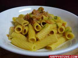 Saffron Flavored Rigatoni Pasta with Lettuce and Ham - By happystove.com